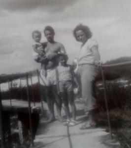 Férias sempre no interior de São Paulo. Na imagem com minha mãe e minha irmã no Salto de Avanhandava, local desapareceu depois da construção das hidrelétricas.