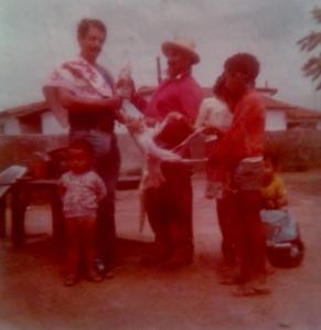 Uma lembrança aos dois anos: meu pai matando um gato para fazer um pandeiro e depois servindo o bichano de bandeja para os amigos dizendo que era um coelho.