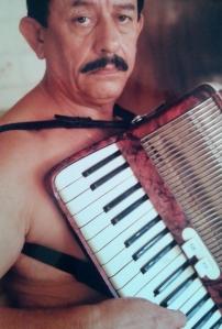 O acordeon era o instrumento predileto. Músico nato, também era apaixonado pela sétima arte.